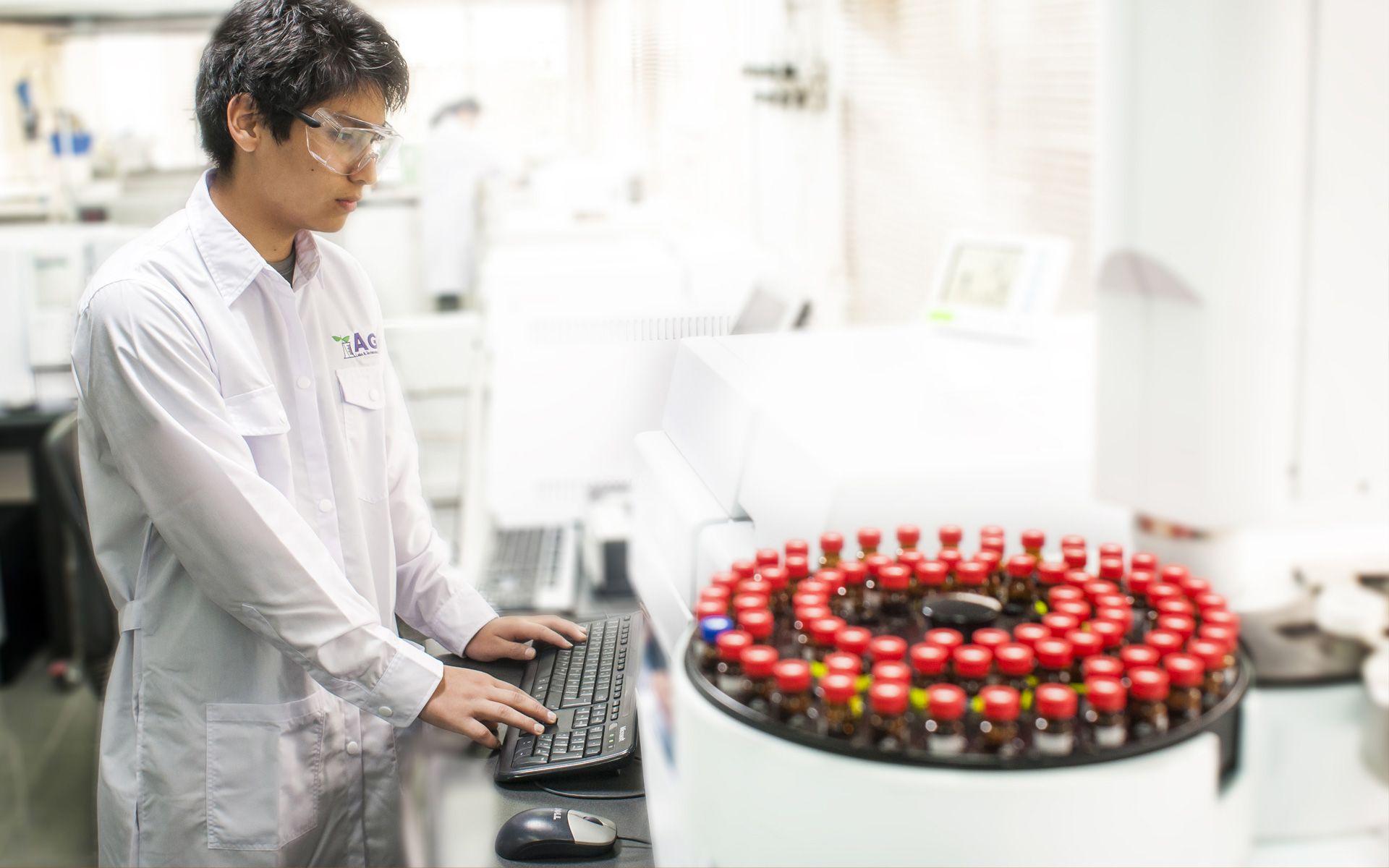 Trabajador de AGQ Labs en un laboratorio