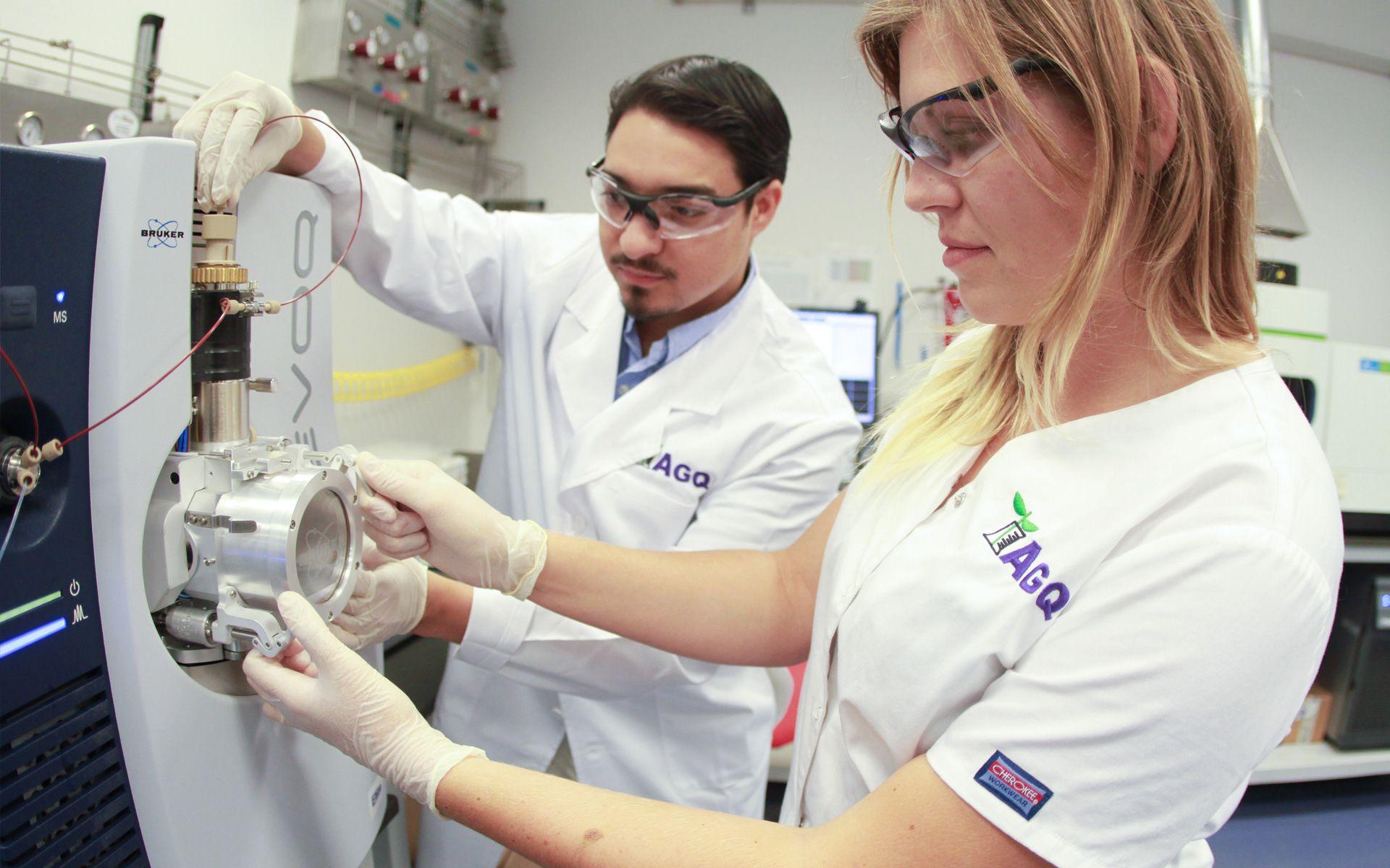 Trabajadores de AGQ Labs en un laboratorio